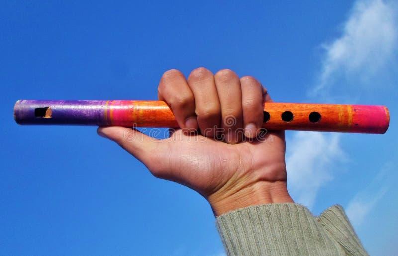 Houten fluit onder kalme hemel in een hand stock fotografie