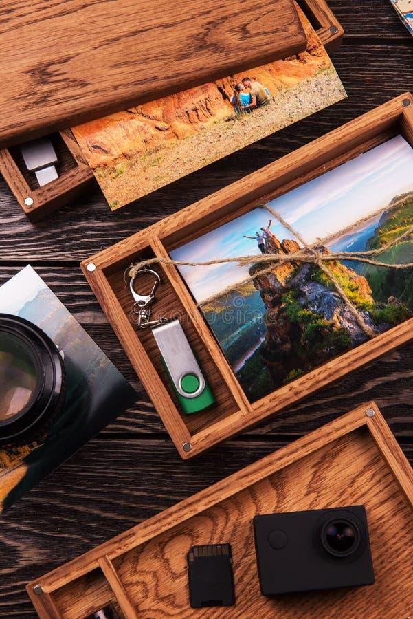 Houten fotodoos met foto van reis stock fotografie