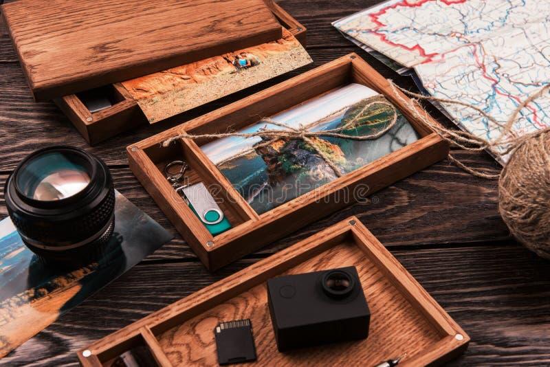 Houten fotodoos met foto van reis royalty-vrije stock afbeeldingen