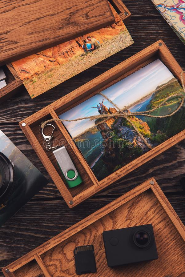 Houten fotodoos met foto van reis stock foto's