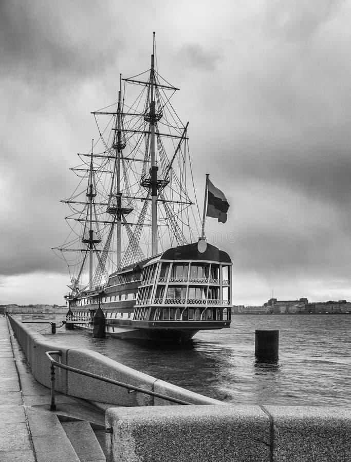 Houten fregat dichtbij de dijk in de stad van St. Petersburg stock afbeeldingen