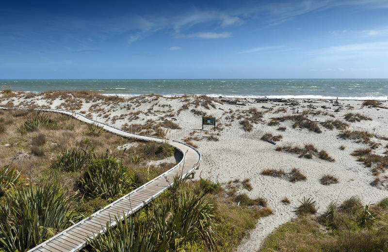 Houten gang door het strand in Tauparikaka Marine Reserve, Nieuw Zeeland stock fotografie