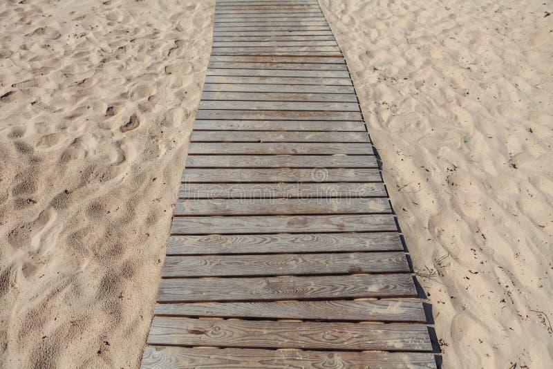 Houten gang op het strand somethere dichtbij Tallinn, Estland royalty-vrije stock afbeelding