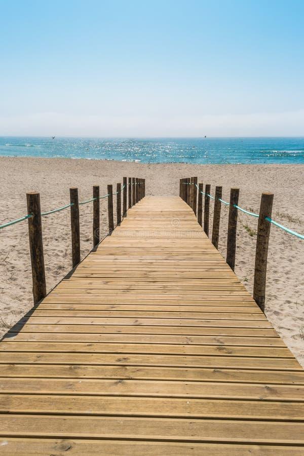 Houten gang over de zandduinen aan het strand Strandweg i stock foto
