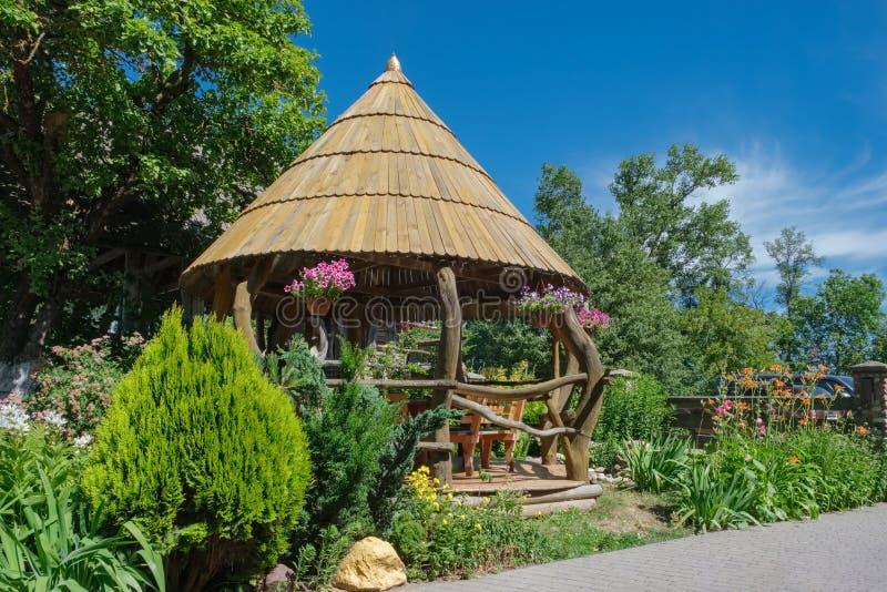 Houten Gazebo in binnenplaats of in tuin royalty-vrije stock afbeeldingen