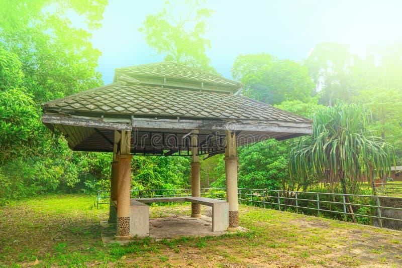 Houten gazebo dichtbij de chong fah waterval, Khao-LAK, Thailand Groene bosachtergrond royalty-vrije stock foto
