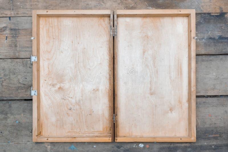 Houten geval, kist, open uitstekende vlakke borst op de houten mening van de lijstbovenkant royalty-vrije stock afbeelding