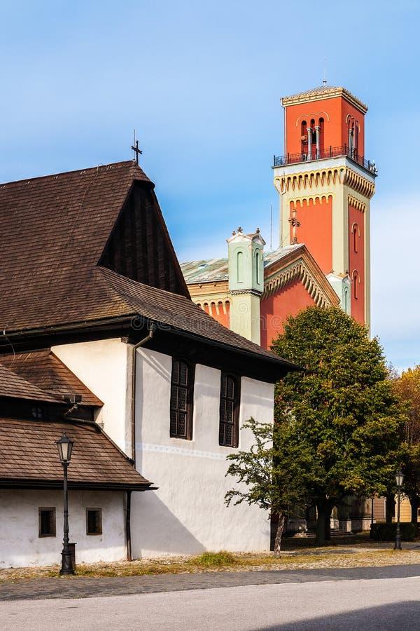 Houten gewrichts en Nieuwe rode kerk in Kezmarok, Slowakije stock foto's