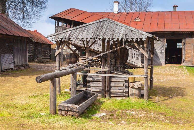 Houten goed, oud Russisch landbouwbedrijf royalty-vrije stock afbeelding
