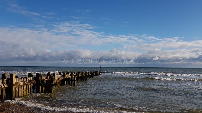 Houten Golfbreker bij Trimmingham-Strand royalty-vrije stock afbeeldingen