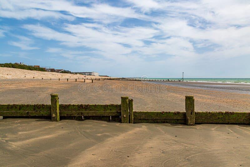 Houten Golfbrekers op het Strand, bij Bracklesham-Baai in Sussex stock afbeeldingen