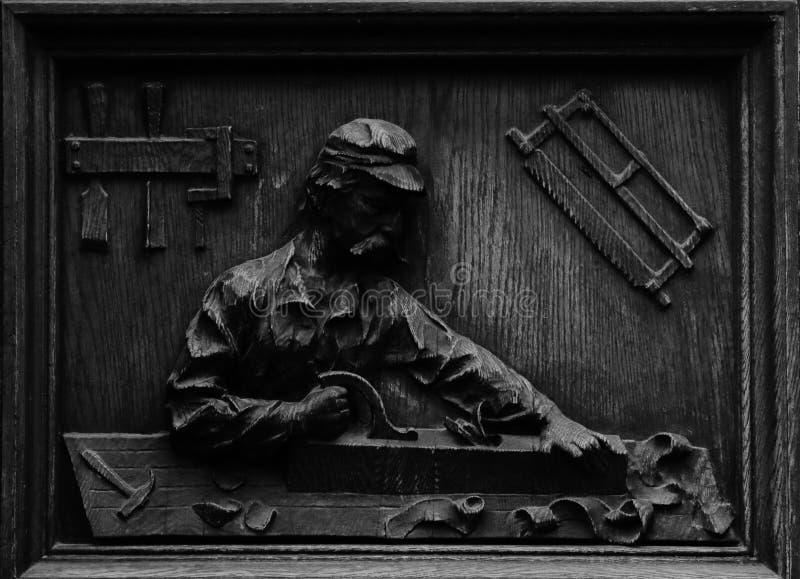 Houten gravure die een timmerman tonen op het werk stock afbeeldingen