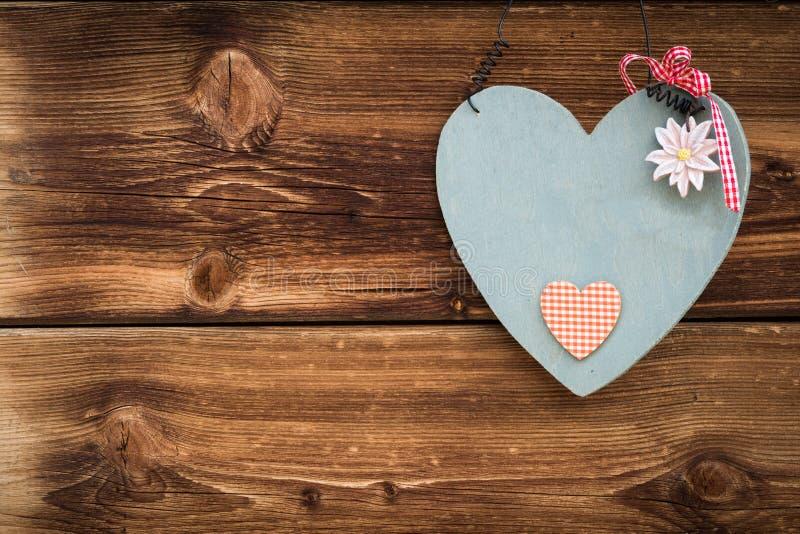 Houten grijs hart met edelweiss stock foto