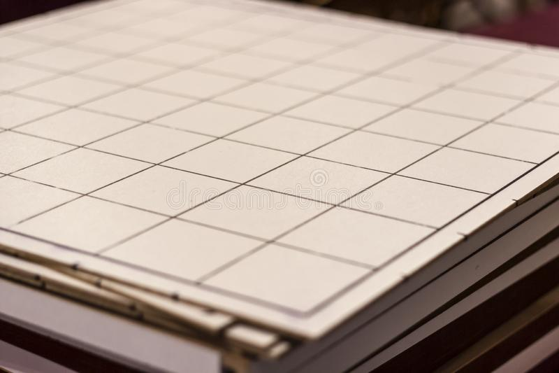 Houten grote groottecontroleurs die lijst spelen onder schoon licht stock foto's