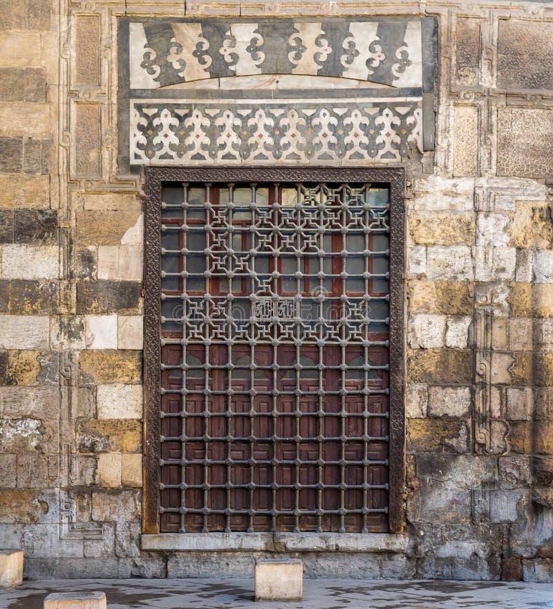 Houten grungevenster met verfraaid ijzernet over steenbakstenen muur stock fotografie