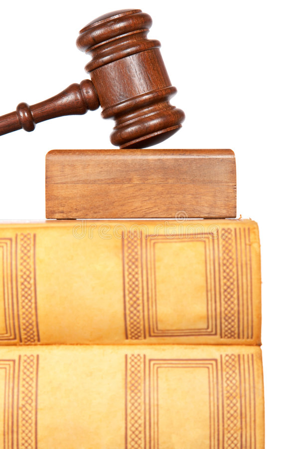 Houten hamer en wetsboeken stock foto