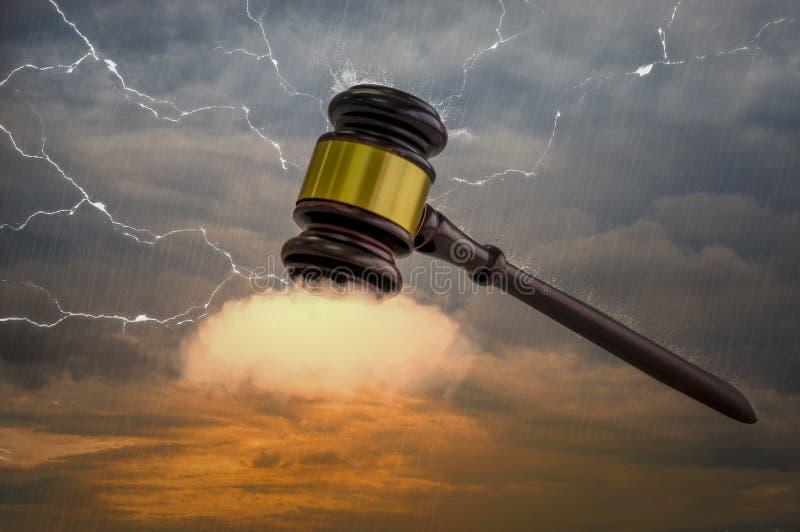 Houten hamer, met gouden die metaalcentrum, op wolken wordt geplaatst , De macht van veiling in wereld van moderne zaken stock afbeeldingen