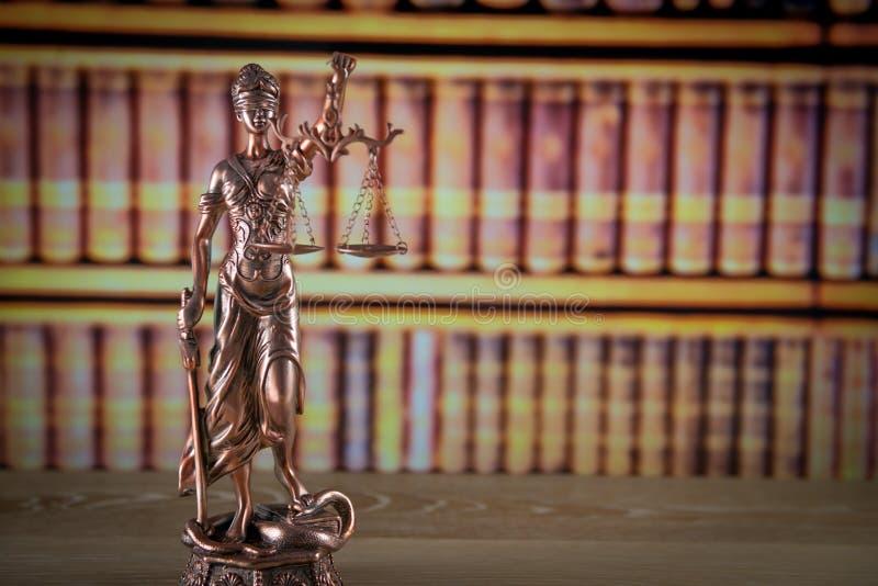 Houten hamer op houten lijst, wettelijke boekenachtergrond stock foto's