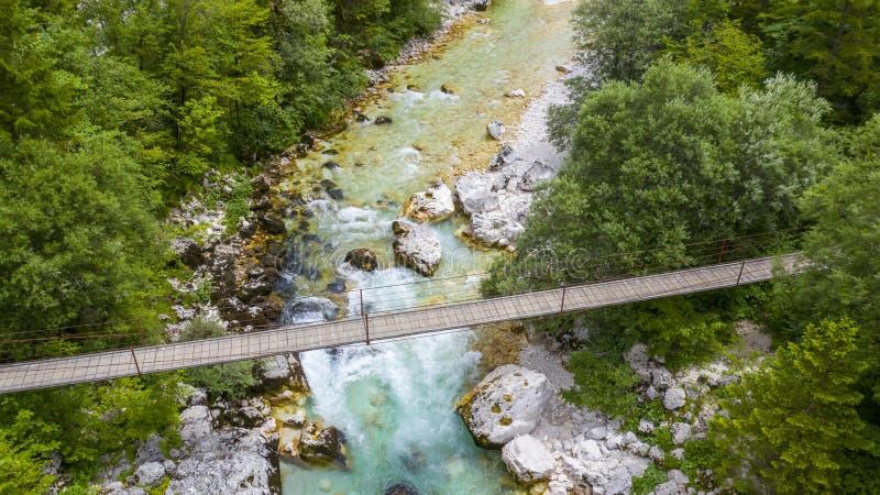 Houten hangbrug met rivier stock foto