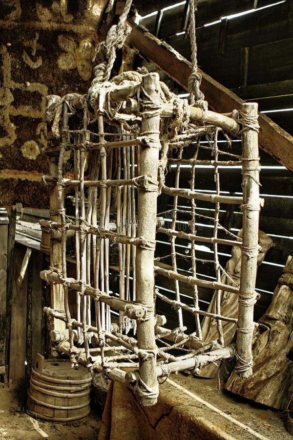 Houten hangende martelingskooi stock fotografie