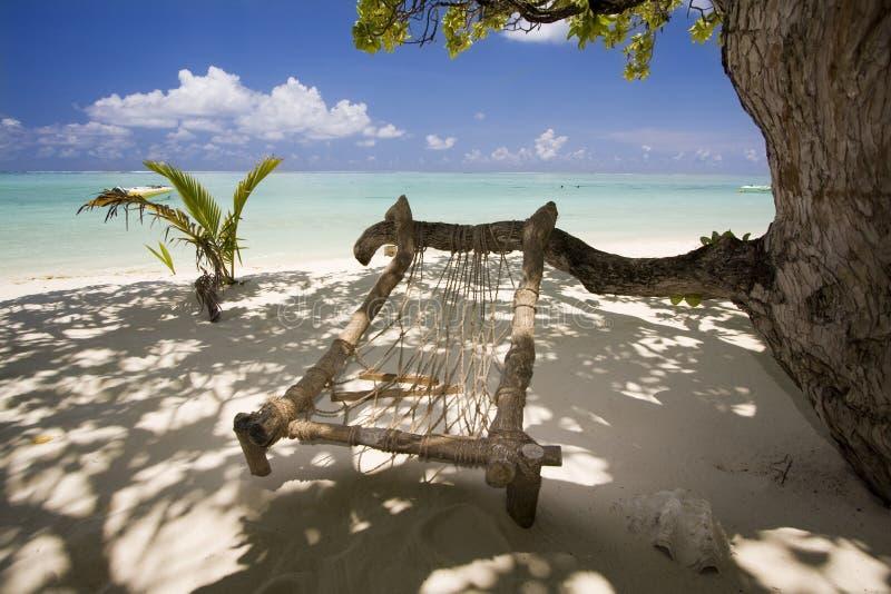 Houten hangmat bij exotisch strand royalty-vrije stock afbeelding