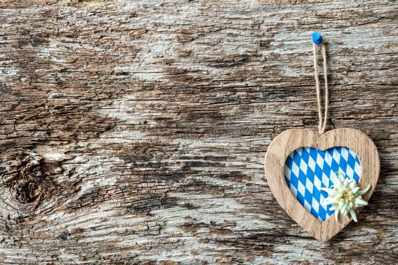 Houten hart met edelweiss en Beierse vlag stock afbeelding