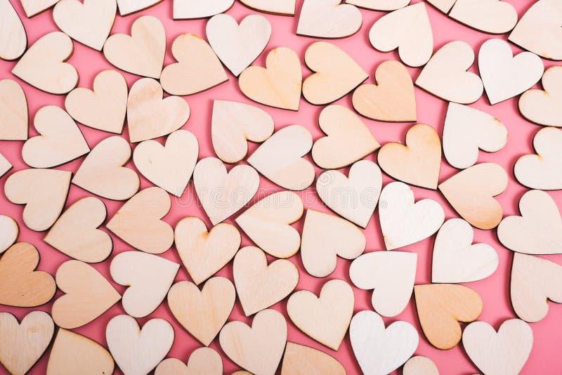 Houten hartentextuur op roze achtergrond royalty-vrije stock fotografie