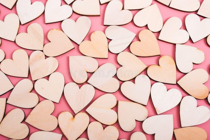 Houten hartentextuur op roze achtergrond royalty-vrije stock afbeeldingen