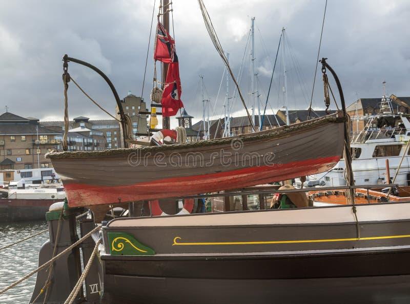 Houten het roeien boot in Limehouse-Bassinjachthaven in Londen stock foto