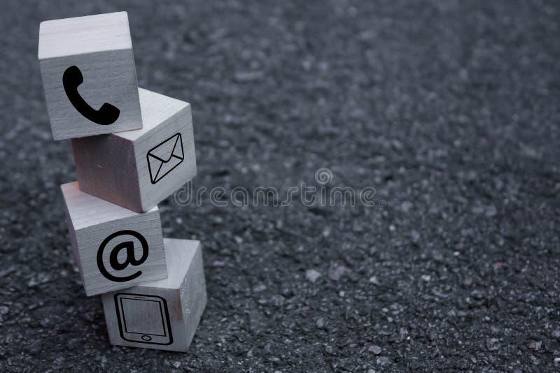 Houten het symbooltelefoon van de blokkubus, e-mail, adres De websitepagina contacteert ons of e-mailmarketingconcept royalty-vrije stock afbeeldingen