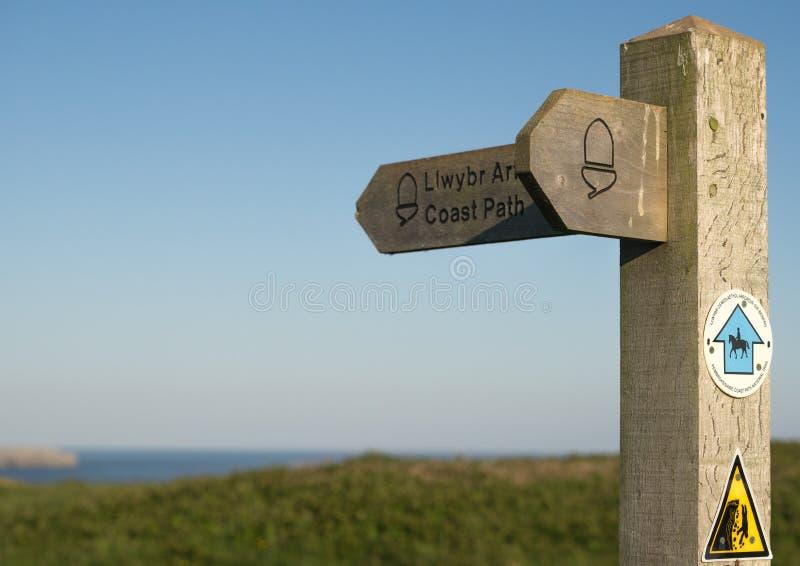 Houten het tekenpost van de kustweg stock foto