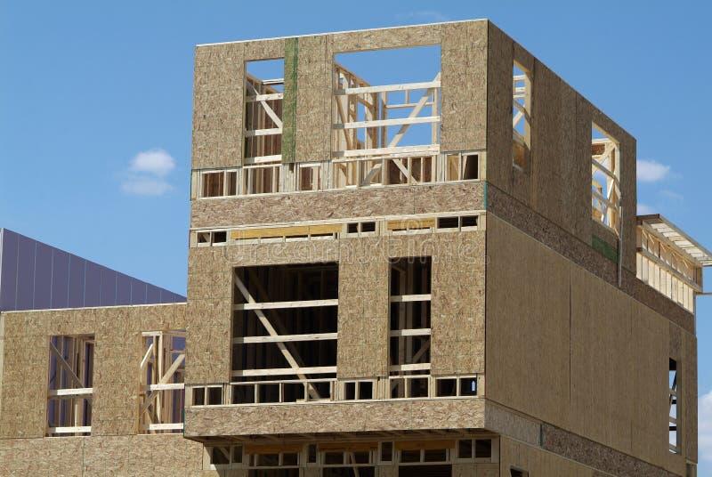 Houten huis in de stad in aanbouw royalty-vrije stock afbeeldingen