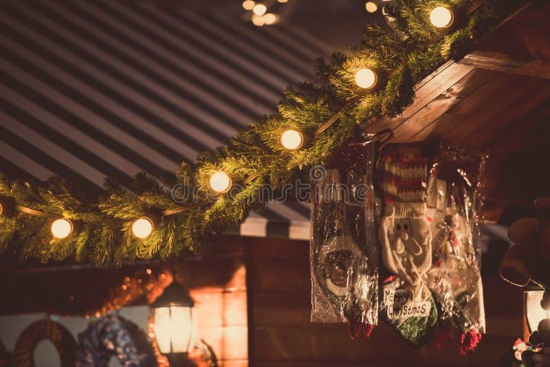 Houten huis met Kerstmisdecoratie royalty-vrije stock afbeelding