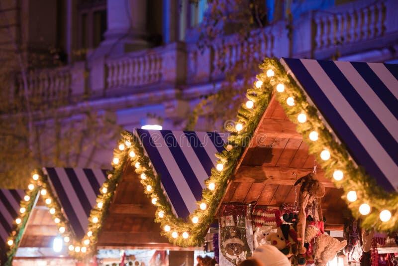 Houten huis met Kerstmisdecoratie stock foto's