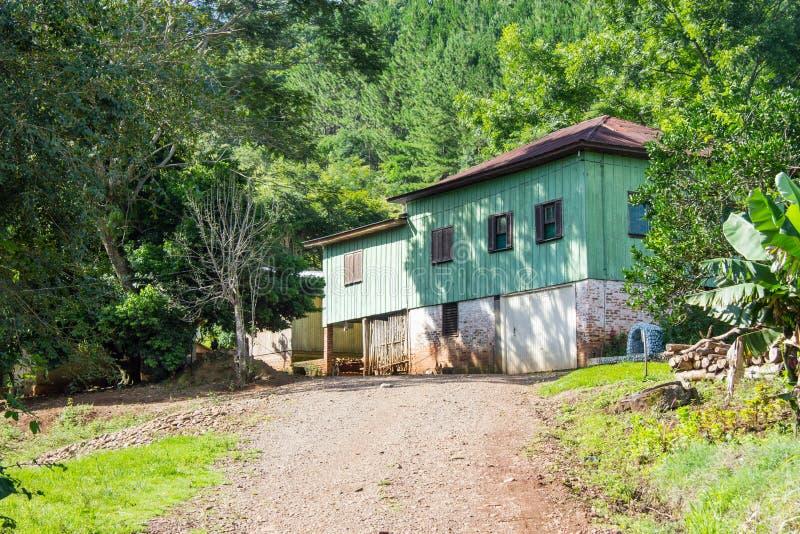 Houten huis in platteland stock afbeeldingen