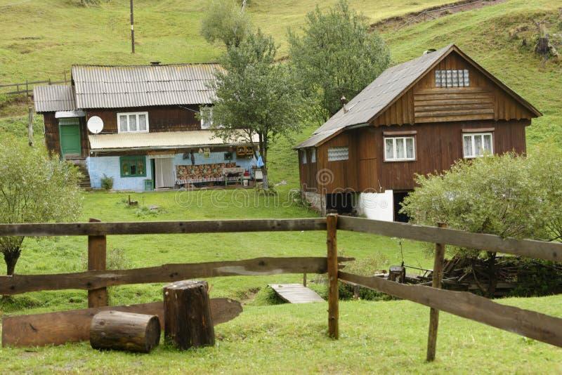 Houten huizen apuseni bergen roemeni stock afbeelding for Case in legno romania