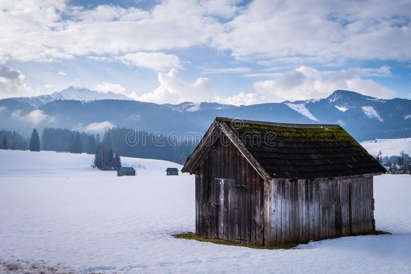 Houten hut dichtbij Slechte Mitterndorf met berg Kammspitz in de winter royalty-vrije stock fotografie