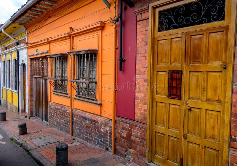 Houten ingangsdeur naast versperde vensters en stock fotografie