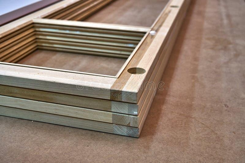 Houten kabinetsdeuren Houten kader Huisbibliotheek met klassiek ontwerp Houten meubilair productieproces stock foto's