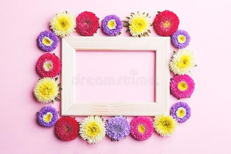 Houten kader en bloemen royalty-vrije stock foto