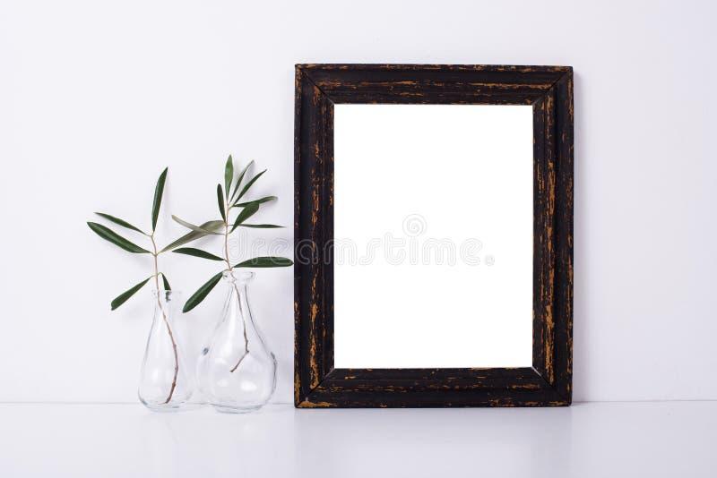 Houten kader en bloemen, het model van de huisdecoratie stock foto
