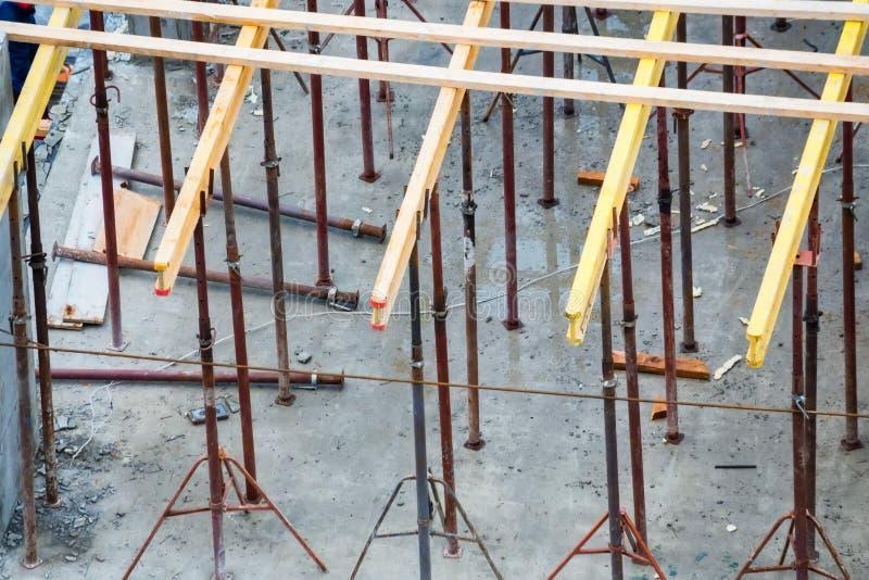 Houten kaders en metaalversterking bij nieuwe bouwconstructieplaats royalty-vrije stock afbeeldingen
