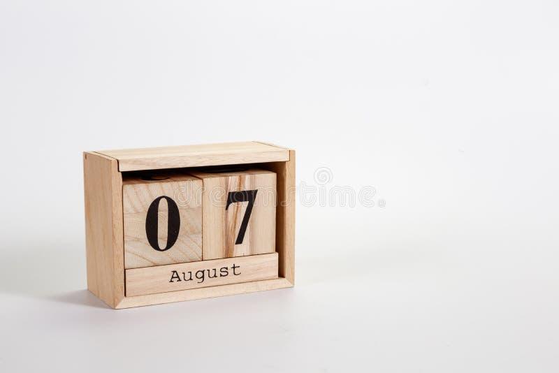 Houten kalender 07 Augustus op een witte achtergrond stock foto