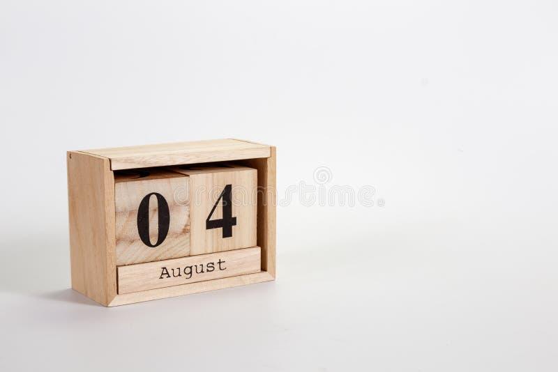Houten kalender 04 Augustus op een witte achtergrond stock afbeelding