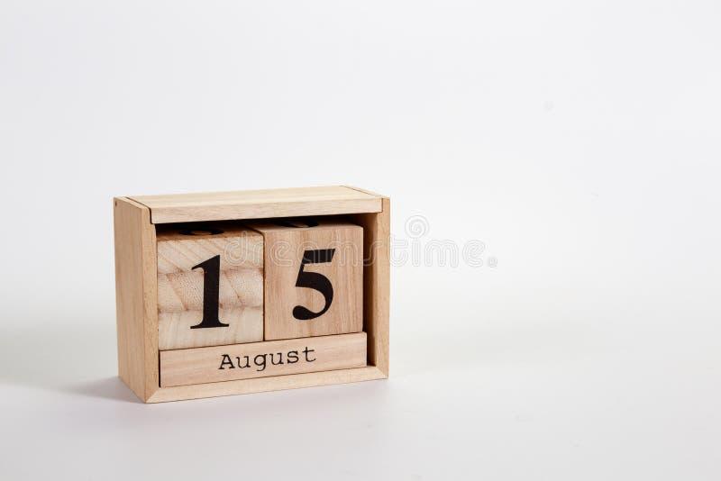 Houten kalender 15 Augustus op een witte achtergrond royalty-vrije stock afbeeldingen