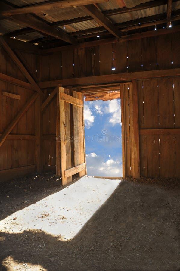 Houten keet met hemel door deur stock foto