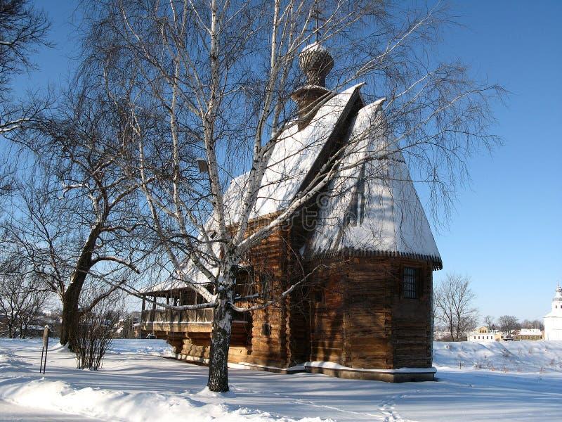 Houten kerk in de Russische winter stock afbeelding