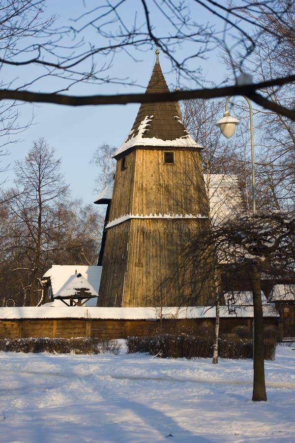 Houten kerk in de winter stock afbeeldingen