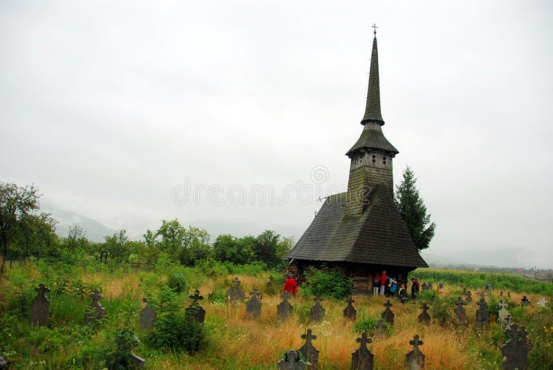 Houten kerk en begraafplaats stock afbeelding