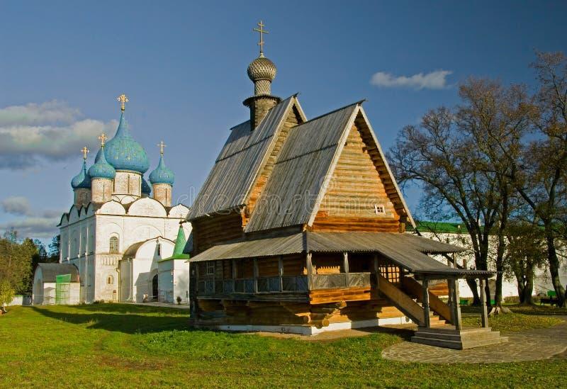 Houten kerk en witte steenkathedraal. royalty-vrije stock foto's